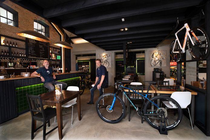 Eigenaren Bertil Jager (links) en  Willem van Rooden in hun wielrencafé in Zeddam.