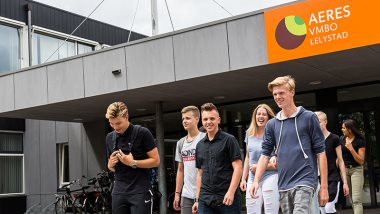Leerlingen voor het schoolgebouw van Aeres VMBO in Lelystad.