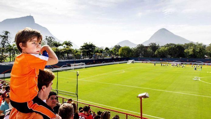 Oranje-fans bekijken de training van Oranje in Rio.