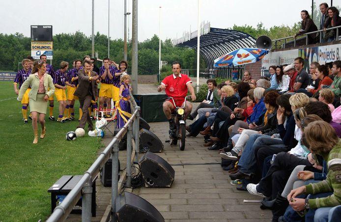 Scène uit 'FC Bocholt', de eerste voorstelling van Afslag Eindhoven, een van de gezelschappen die in grote problemen zal komen als subsidie van de provincie afgebouwd wordt.