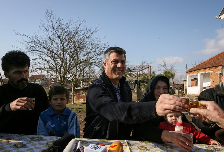 Hashim Thaçi, president van Kosovo, bezoekt een etnisch Servische familie in het dorp Rubovc in Kosovo in 2008. Beeld EPA