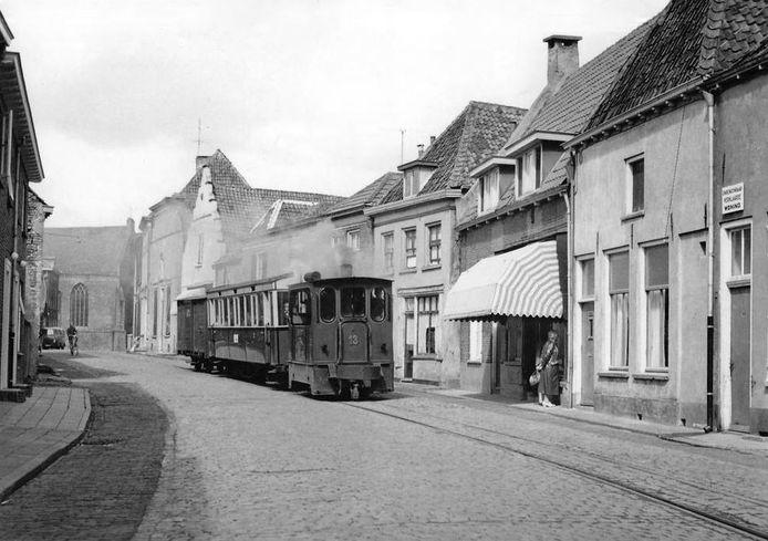 De tram in de Bergstraat in Doesburg.