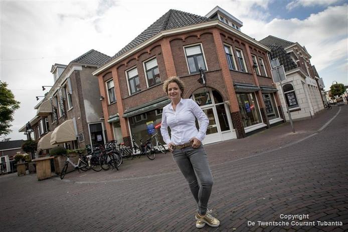 Mardy Maathuis voor haar Bloemenrijk aan de Deurningerstraat dat 1 december officieel zijn deuren opent.