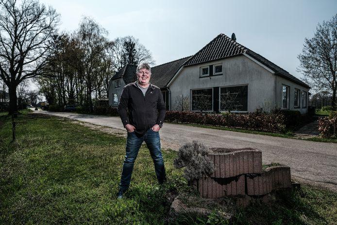 Frans Miggelbrink bij het voormalige Warenhuis voor koloniale waren in Voorst, pal voor de grens met Duitsland.