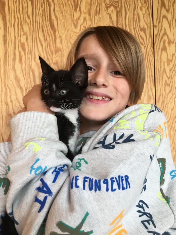 Zoon Bent met jong katje Bowie. Ze vingen hem op toen hij 3 weken oud was