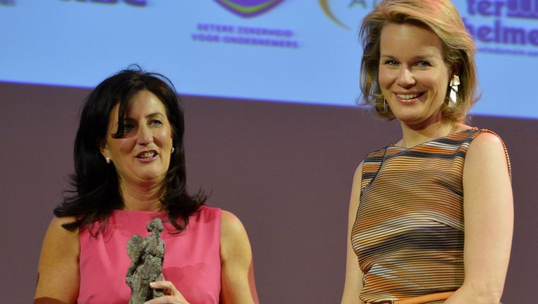 Ann Vancoillie en prinses Mathilde tijdens de prijsuitreiking.', Beeld BELGA