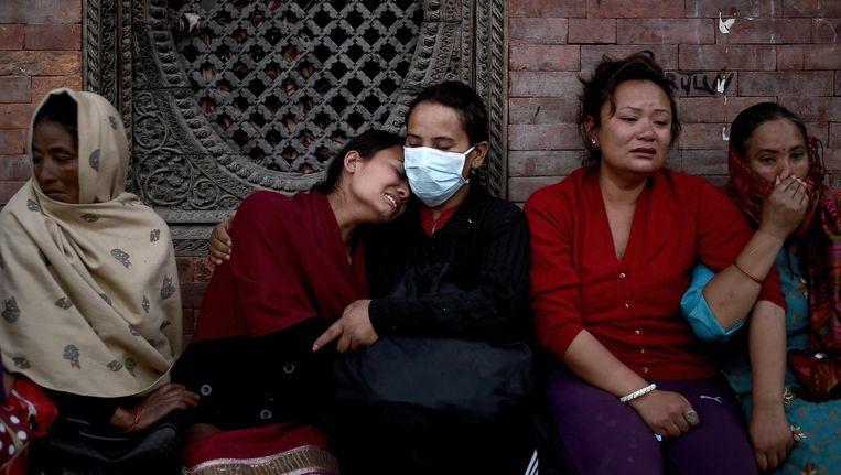 Slachtoffers rouwen bij de uitvaart van familie in Kathmandu. Beeld afp