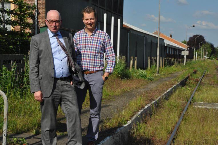 Burgemeester Piet Buyse en schepen Niels Tas op de overwoekerde spoorlijn 52.