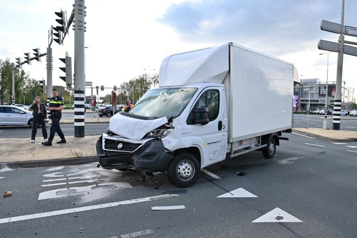 Het voertuig liep veel schade op door de botsing.