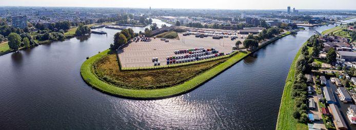 De Kop van Voorst, met links het Zwarte Water en rechts het Zwolle-IJsselkanaal, is grotendeels parkeerterrein voor Scania.