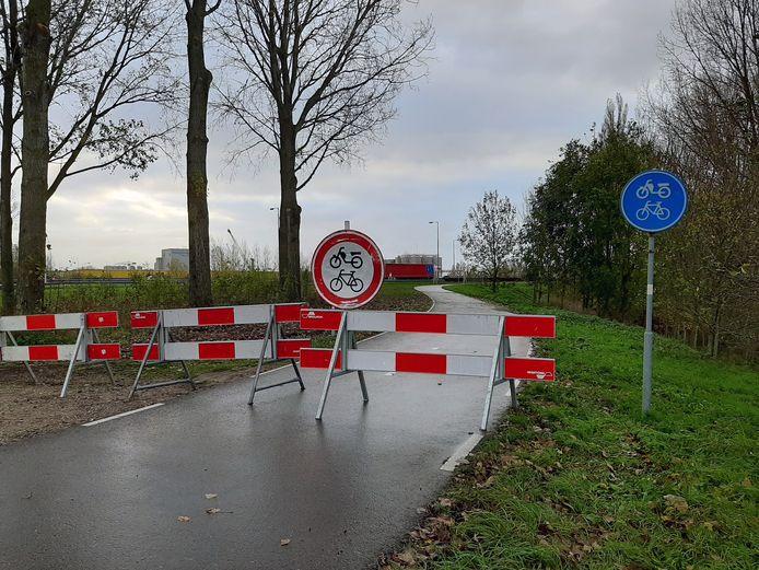 De afzetting op het fietspad van de Merwedebrug bij Gorinchem.