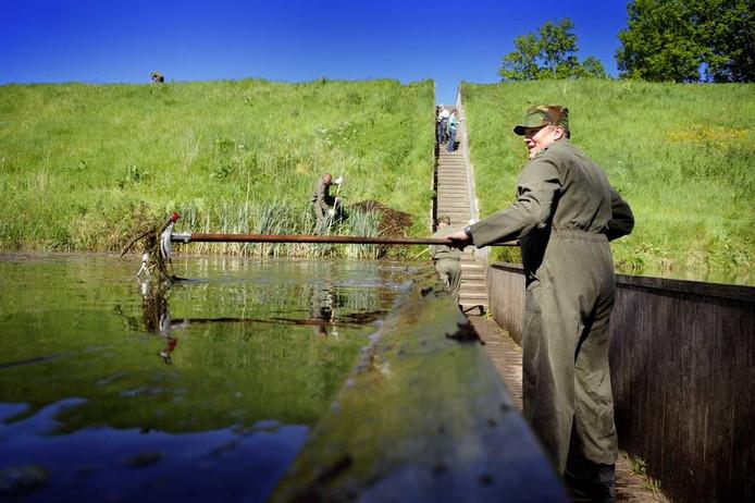 Officieren van de Landmacht verrichten tijdens de Landmachtdagen klusjes op Fort de Roovere.