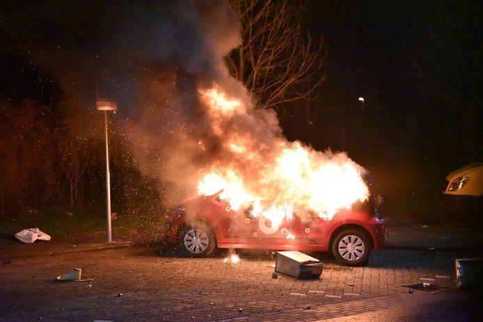 Een van de auto's die tijdens de laatste jaarwisseling in vlammen opgingen aan de Stanleylaan in Utrecht.