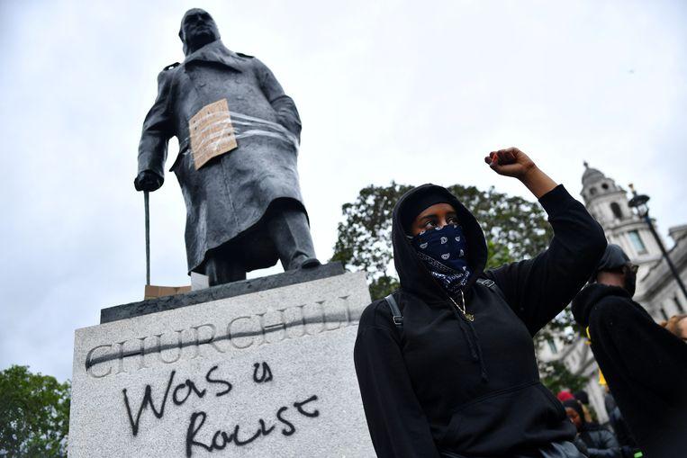 'Churchill was een racist', werd op een beeld van de Britse oud-premier geschreven tijdens een Black Lives Matter-protest in Londen. Churchill staat dan wel bekend als de man die de nazi's heeft verslagen, maar beschouwde het blanke ras zelf als superieur. Om die reden vond hij ook niet dat de inheemse bevolking in Afrika, Azië, Amerika of Australië onrecht was aangedaan. Beeld REUTERS