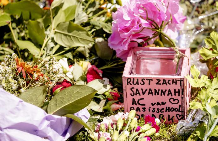 Bij het Oostweide College ligt een bloemenzee ter nagedachtenis aan Savannah.