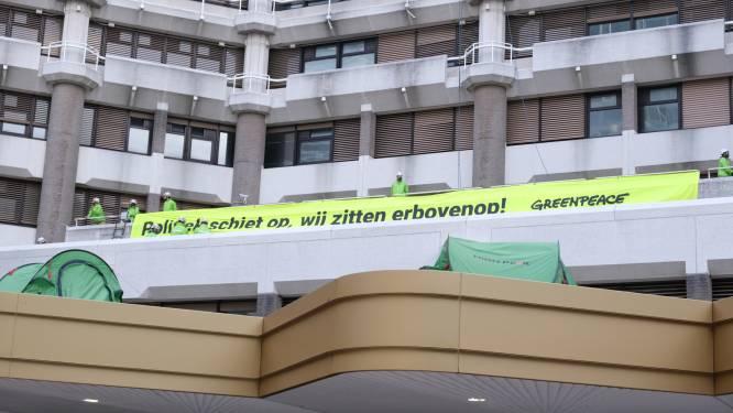 Greenpeace is politie te slim af en klimt op dak Tweede Kamer: 'De natuur kachelt achteruit'
