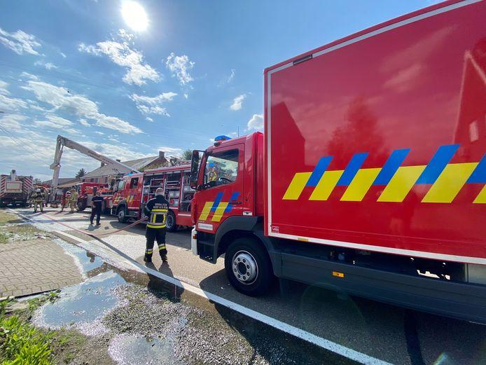 HEIST-OP-DEN-BERG - De brandweer kwam massaal ter plaatse. Het kreeg de brand snel onder controle, maar de schade in de woning is aanzienlijk.