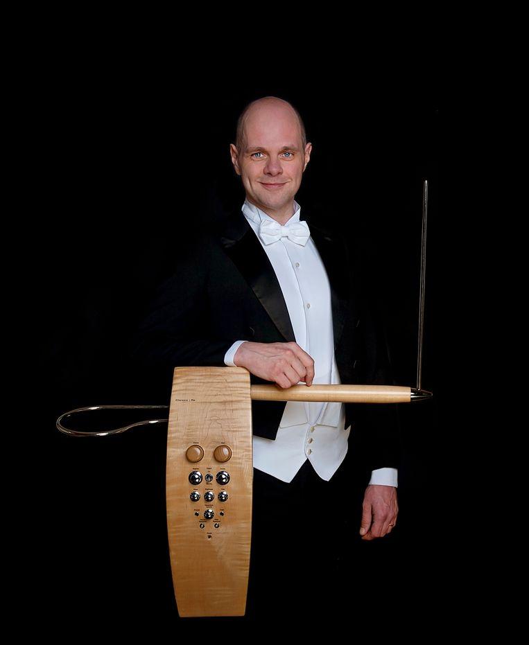 Thorwald Jørgensen met de Moog Etherwave Pro theremin, volgens de muzikant de 'Stradivarius in zijn  soort'.   Beeld Anouschka Hendriks-Van den Hoogen