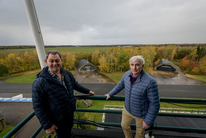 Martin van der Tuin (links) en Gerrit van de Voorde vertelden vorig jaar over de reünie van oud-werknemers van de Vliegbasis Twenthe. Het lijkt nu toch eindelijk te lukken.