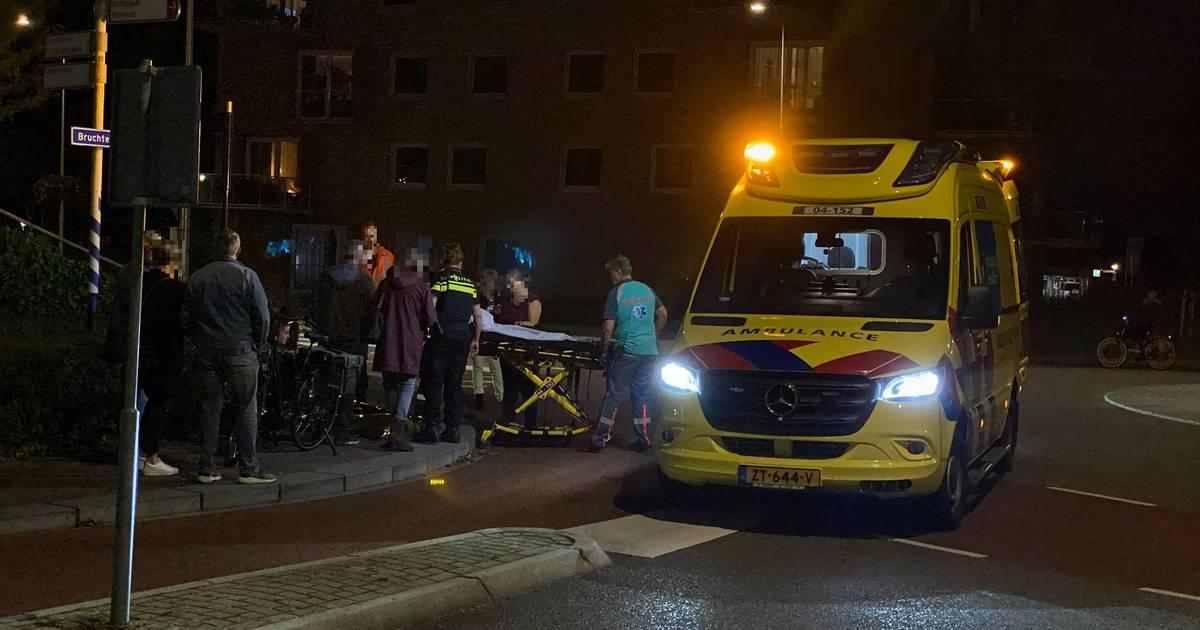 Fiets en auto komen in botsing in Hardenberg, fietser moet naar ziekenhuis.