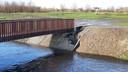 Het talud bij de nieuwe brug over de Molenbeek bij Nispen is al op meerdere plekken verzakt.