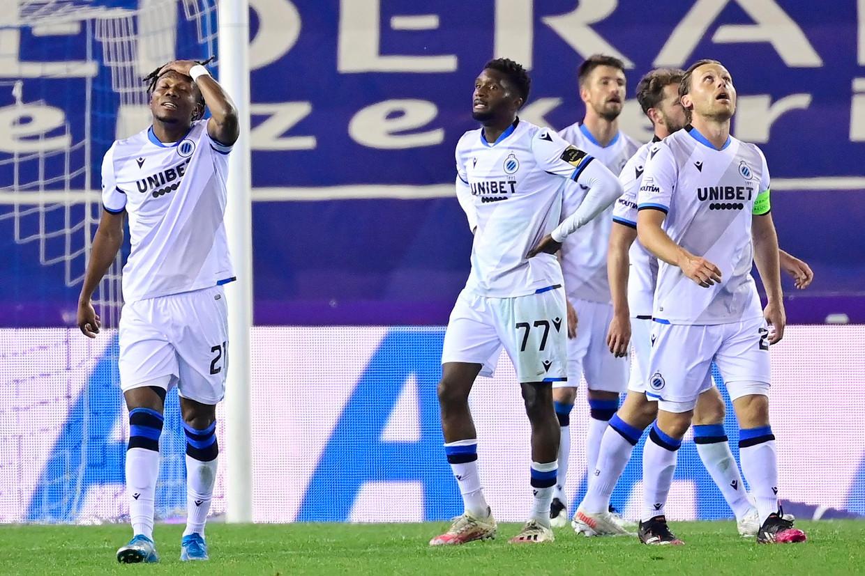 De teleurstelling is groot bij David Okereke (l.) en zijn ploegmaats van Club Brugge. Beeld Photo News