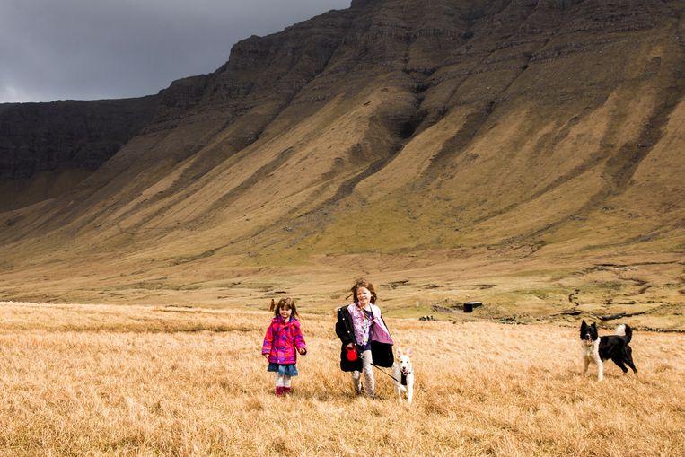 Spelende kinderen bij het dorpje Bøur. Beeld Marie Wanders