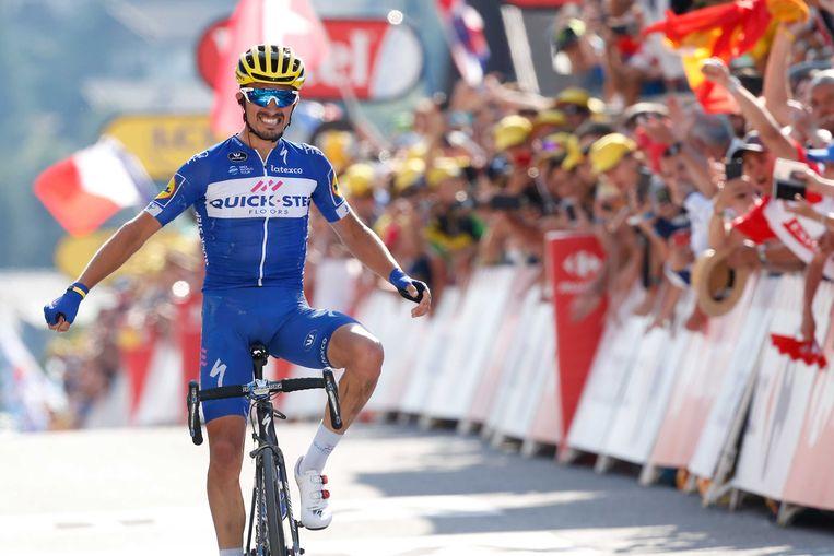 De Fransman Julian Alaphilippe viert zijn overwinning tijdens de tiende etappe van de 105e editie van de Ronde van Frankrijk. Beeld ANP
