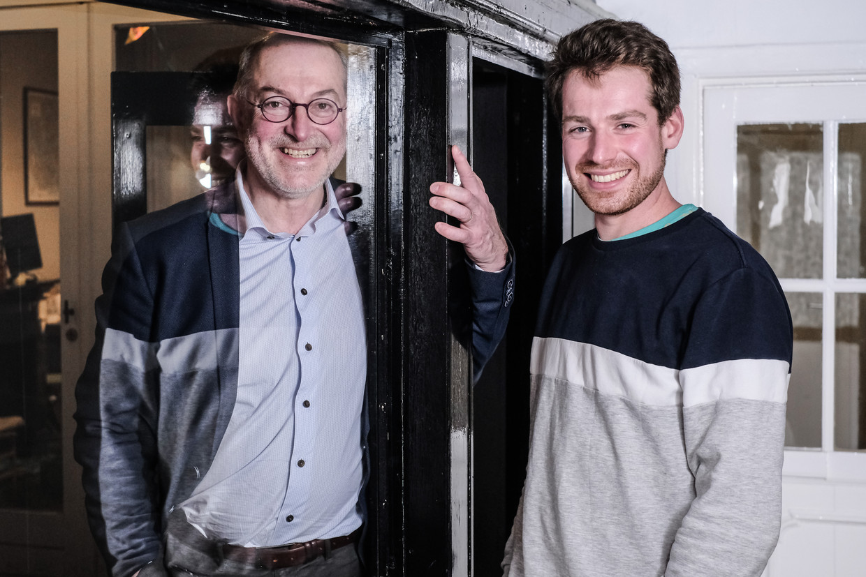 Viroloog Pierre Van Damme en zijn zoon Tom. Beeld Bob Van Mol