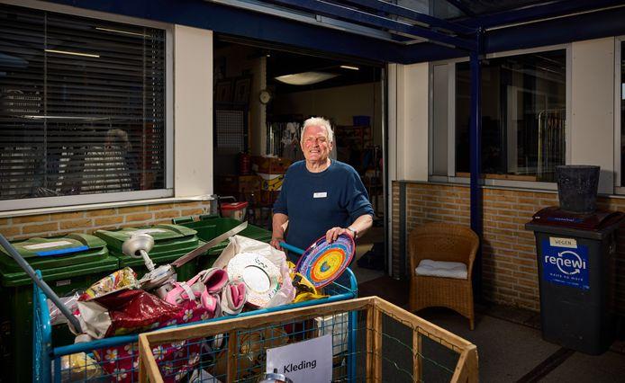 Oud-politieman Han Karels runt de Kringloopwinkel in Krimpen aan den IJssel: 'Wel blijf ik alert en dienstbaar.'