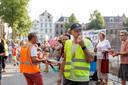 Protest voor het Deventer stadhuis tegen de windmolenplannen.