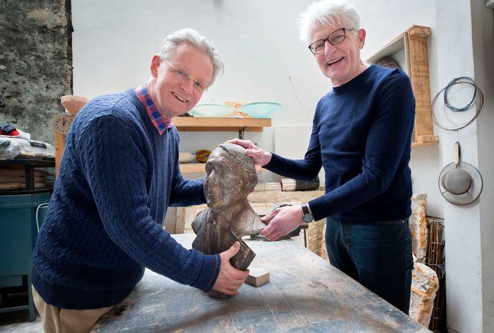 Lucas van der Hoeven (l)  en Giel van Hooff (r) ijveren al jaren tevergeefs om dit beeld van Koos Aarts gemaakt door de onlangs overleden kunstenaar Maarten Koreman een plekje in Dongen te geven.