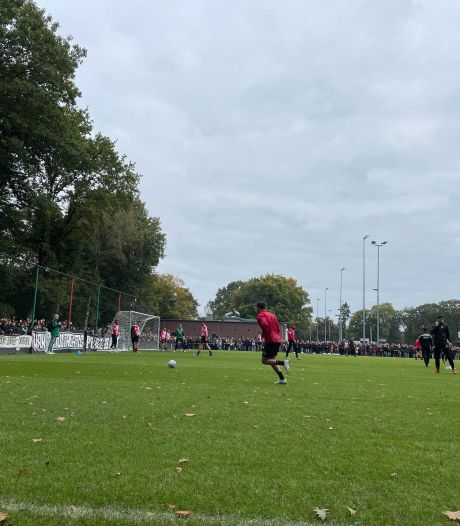 Uitzwaaitraining NEC voor derby tegen Vitesse druk bezocht, stewards verwijderen spandoek