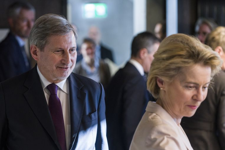 Eurocommissaris Johannes Hahn en Commissievoorzitter Ursula von der Leyen. Beeld EPA