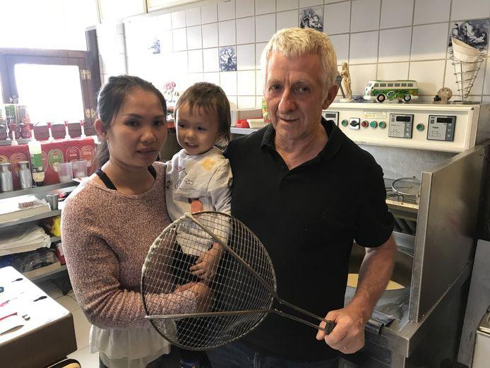 Ivo Ooms (63) met vrouw Pronmatha (36) en zoontje Jacky (2 jaar en 8 maanden).