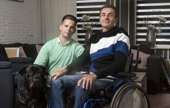 MS-patiënt Sjonnie Greiving en neef Angelo Siwes. Via crowdfunding wordt geld ingezameld voor een levenreddende behandeling met stamceltransplantatie in een ziekenhuis in Moskou. Met hond Luca.