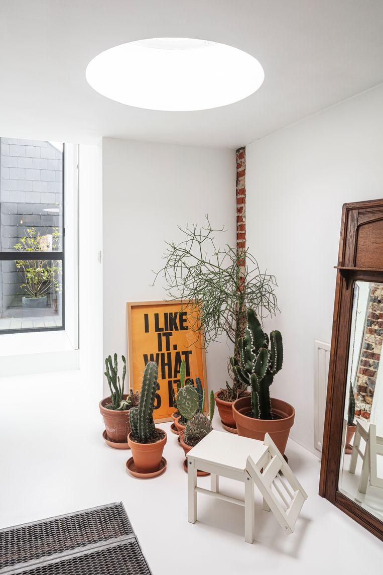 Een Gulliver-stoel van Ikea, door Jo omgevormd tot hondje, en een affiche van Anthony Burrill. Beeld Tim van de Velde