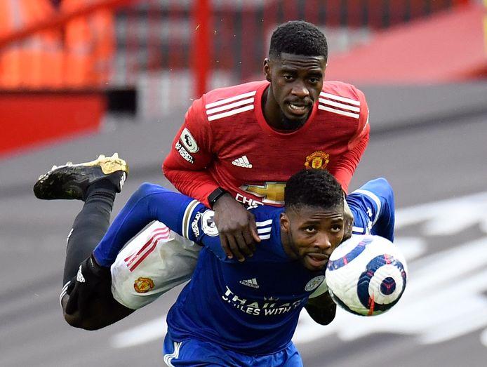 Axel Tuanzebe klimt op de rug van Leicester-spits Kelechi Iheanacho.