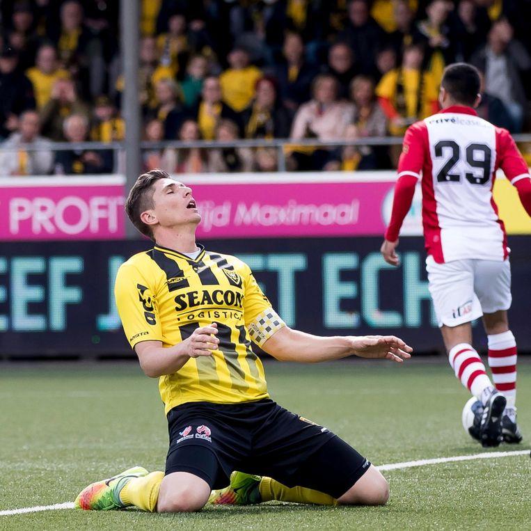 Aanvoerder van VVV Danny Post (L) baalt na een gemiste kans in de wedstrijd tegen FC Emmen. Beeld null
