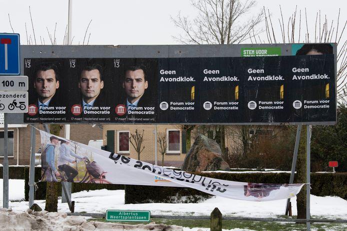 Thierry Baudet is prominent aanwezig in Kloosterhaar. Helemaal rechts in het hoekje zijn nog de lokken van Esther Ouwehand van de Partij voor de Dieren te zien. Daarnaast hangt Romano Boshove van GroenLinks.