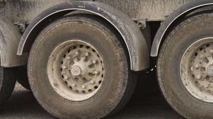 Vrachtwagen raakt drie geparkeerde voertuigen