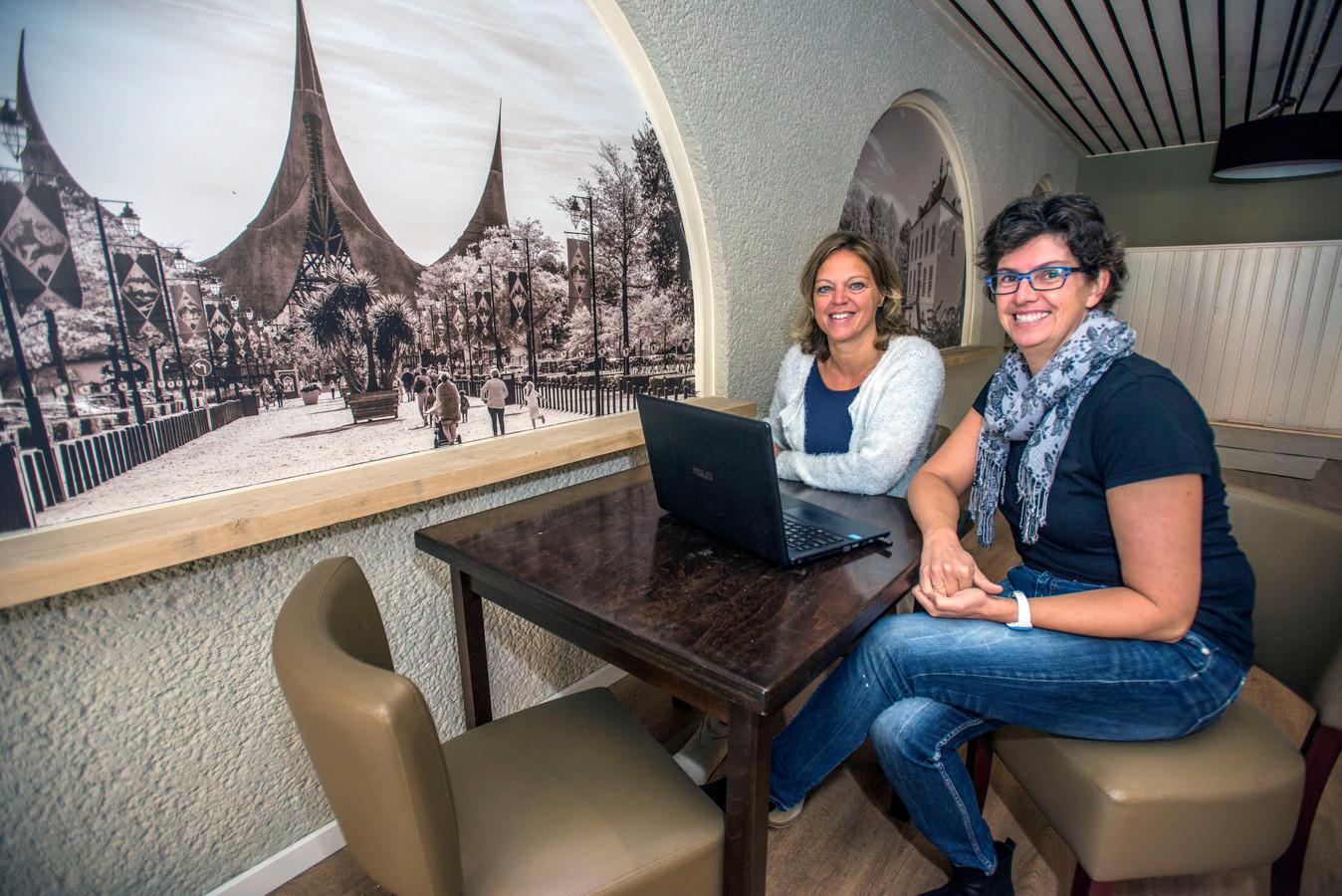 Monique de Man (voor) en Daniëlle van Wezel in hun tijdelijk gesloten Mantel-Match Café.
