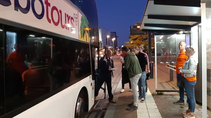 In Hengelo worden de namen gecontroleerd en dan kan de reis naar Zandvoort beginnen.