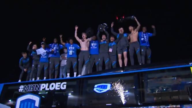 """Genk-spelers door het dolle heen bij aankomst aan Luminus Arena, voorzitter Croonen feest mee op dak van teambus: """"Fantastisch!"""""""