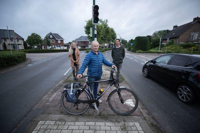 Mandy Beks, Ger Geurts en Lennert Godschalx bij de verkeerslichten die dreigen te verdwijnen.
