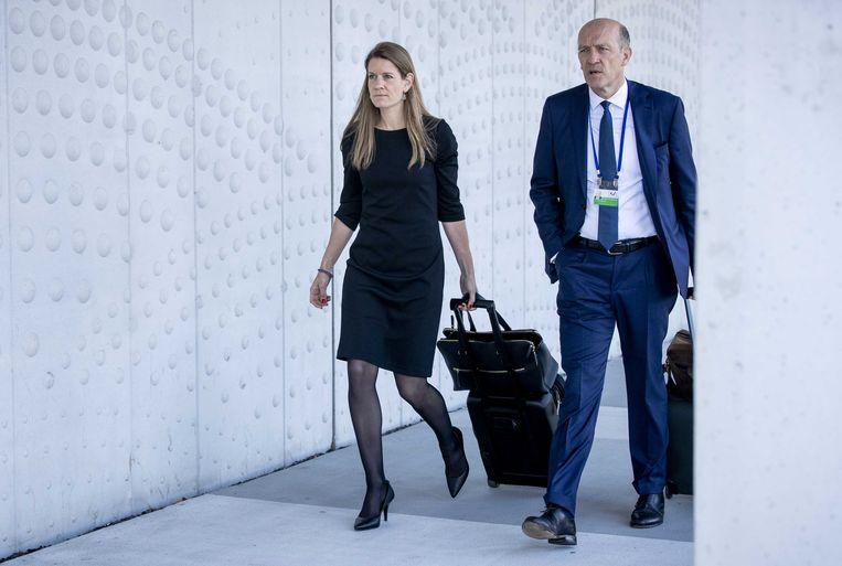 Advocaten Sabine ten Doesschate en Boudewijn van Eijck arriveren bij de rechtszaal in het zwaarbeveiligde Justitieel Complex Schiphol, waar het internationale MH17-proces wordt voortgezet. Bij de raketaanslag op de vlucht van Malaysian Airways op 17 juli 2014 kwamen 298 mensen om van tien nationaliteiten.  Beeld ANP