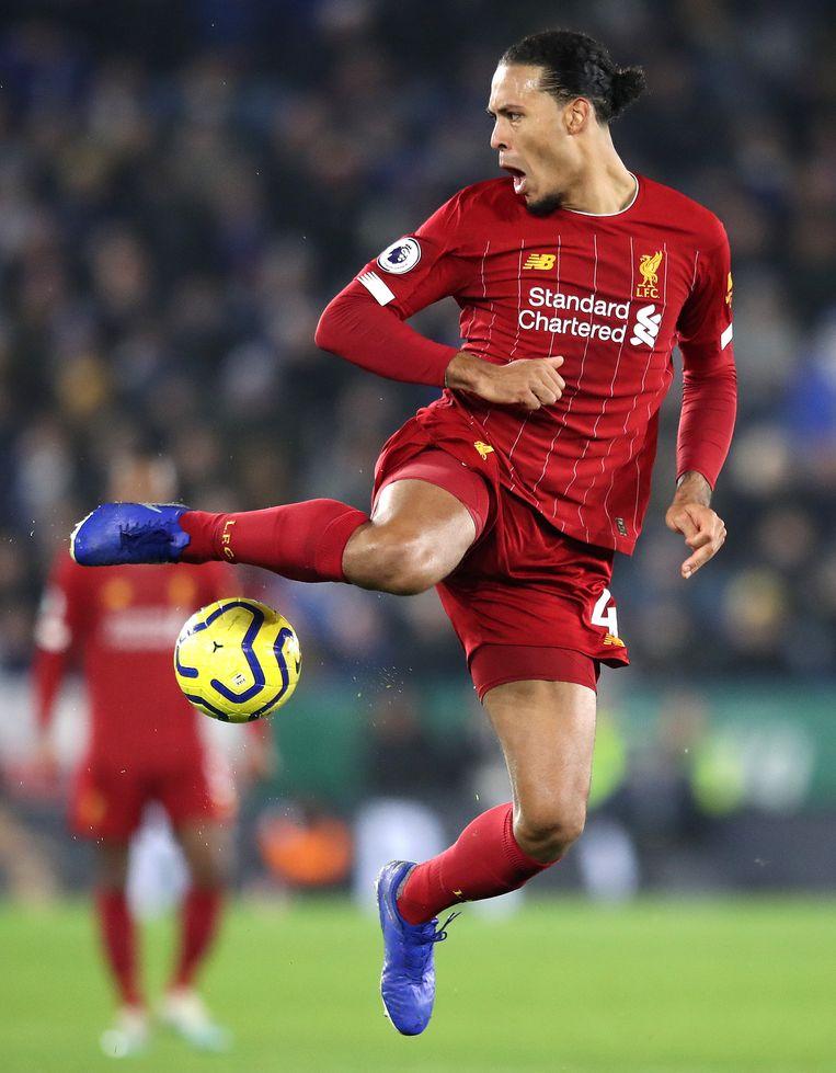 Virgil van Dijk probeert de bal onder controle te krijgen in de Premier Leaguewedstrijd tegen  Leicester City op Tweede Kerstdag Beeld Getty Images