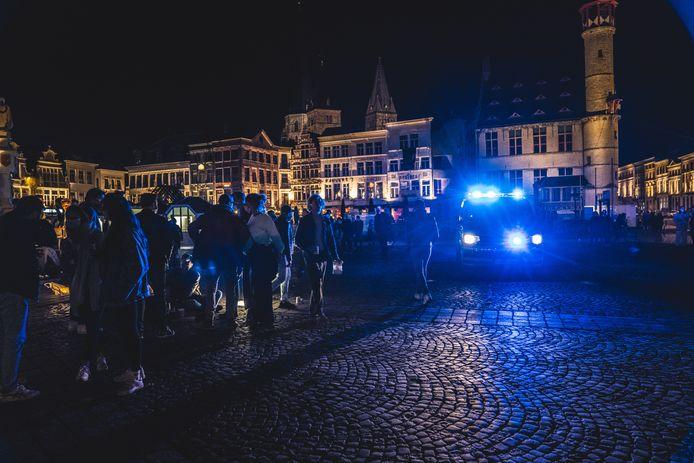 Een Gentse jongeman riskeert een celstraf van 10 maanden nadat hij eind mei van dit jaar enkele agenten van de Gentse politie tegen de grond werkte