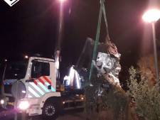 Inzittenden wit busje dumpen zwaar voorwerp in Moerkapelle