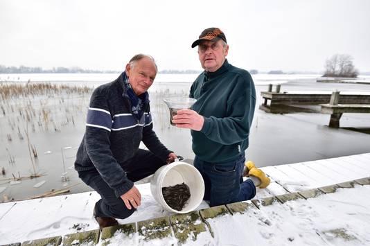 Wijnand van Rees en visser Wijnand Kruijt (pet) hebben vandaag pootaal uitgezet in de 's Gravenbroekseplas.
